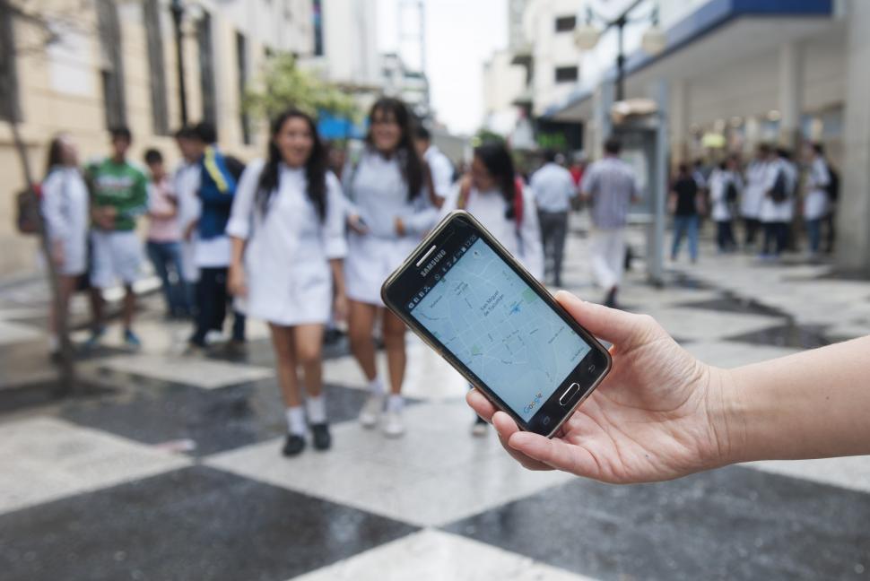 Supercontrolados: el auge de las aplicaciones y los rastreadores para vigilar a los hijos